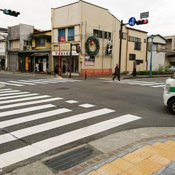 2つ目の信号機がある「竹の花」交差点で左へ曲がります。